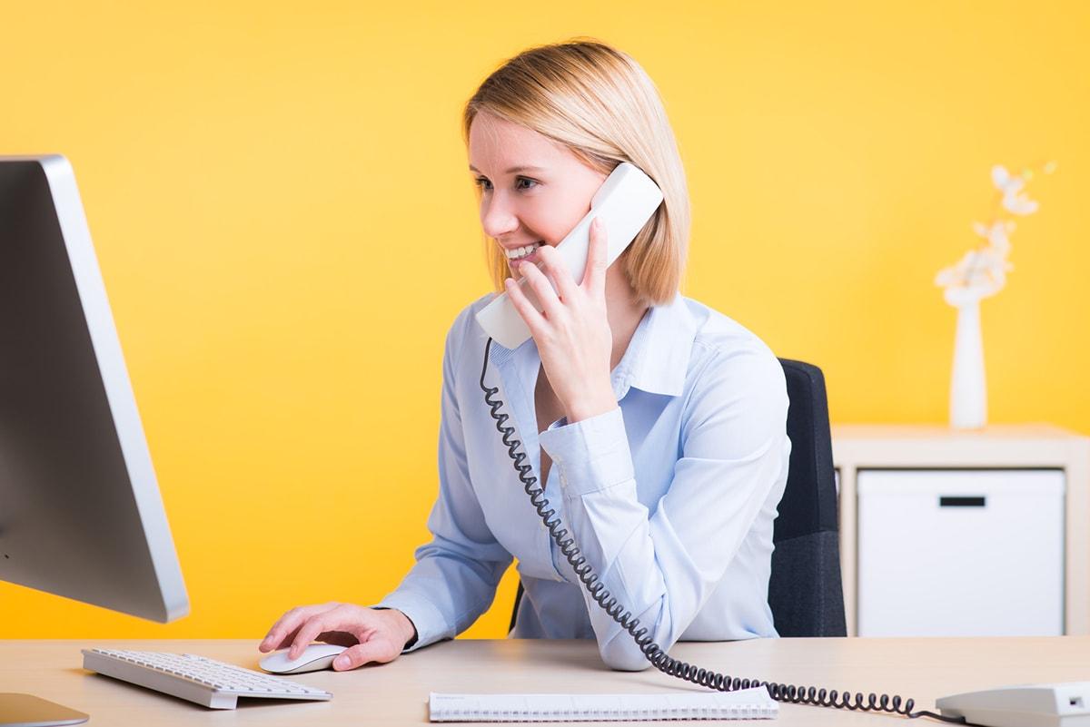Ansprechpartnerin kümmert sich telefonisch um Ihr Anliegen