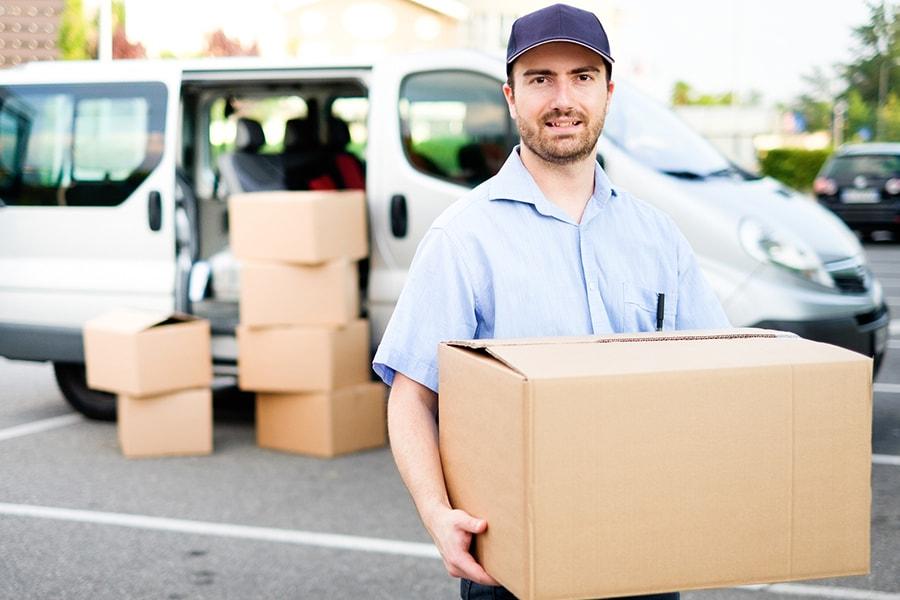 Kurierfahrer liefert Kartons mit Wareaus