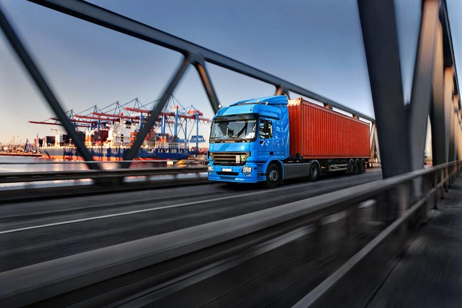 LKW fährt am Hamburger Hafen los