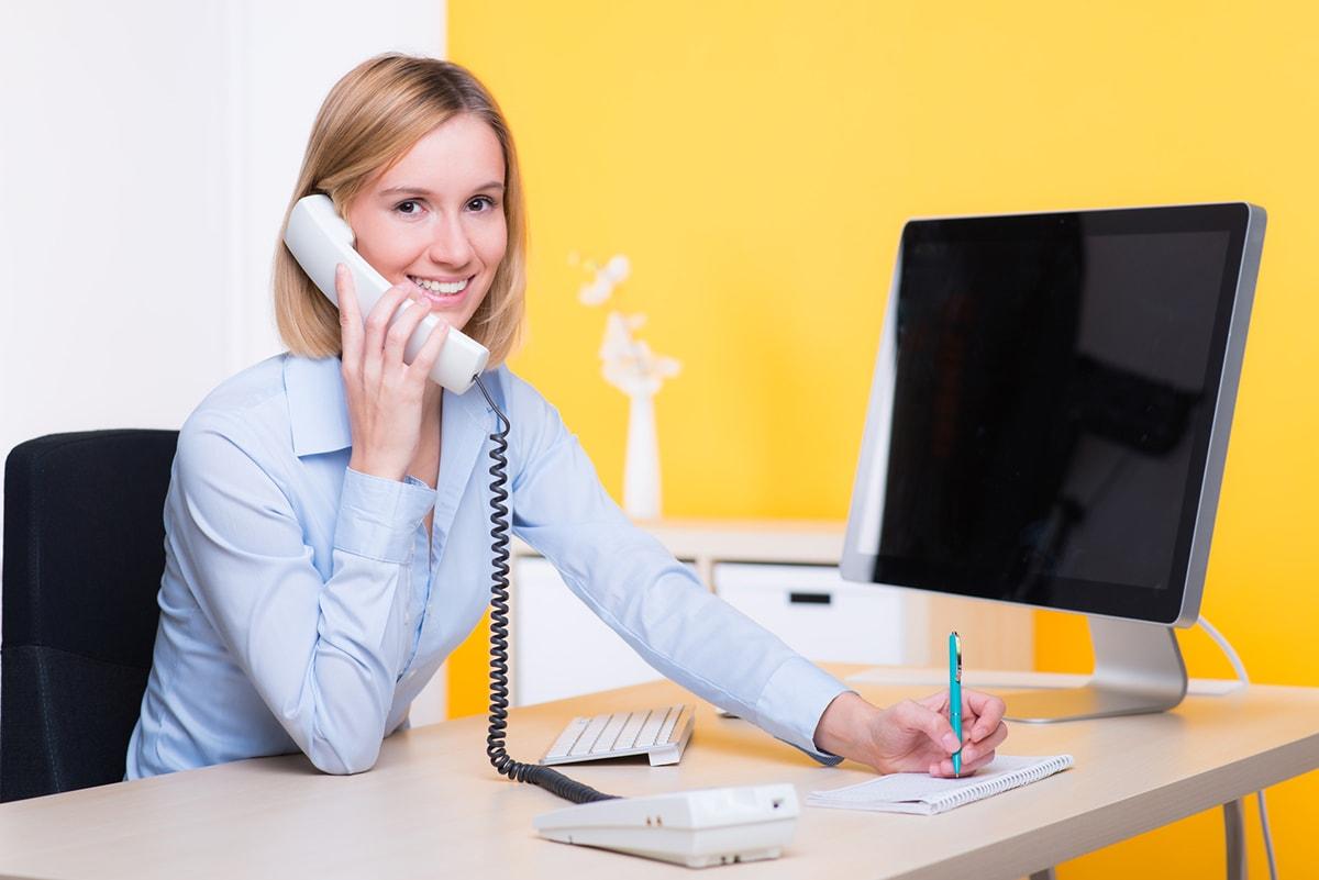 Sympatische Frau telefoniert mit einem Kunde
